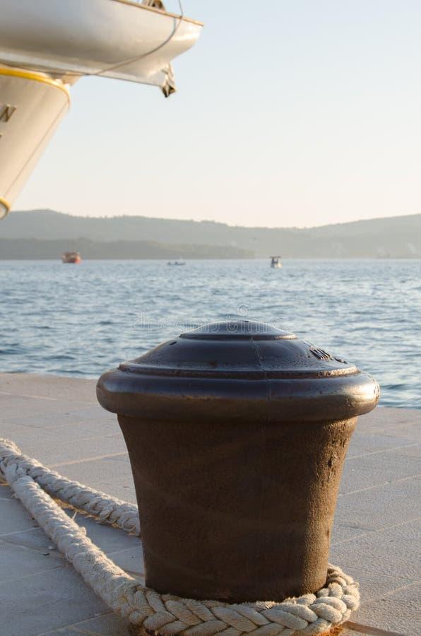 Grande borne en métal dans le port pour amarrer des bateaux, des yachts et des bateaux de navigation photos libres de droits