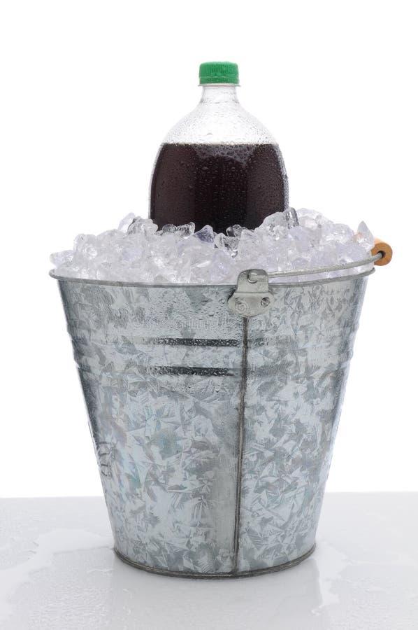 Grande bottiglia di soda in benna di ghiaccio fotografia stock libera da diritti