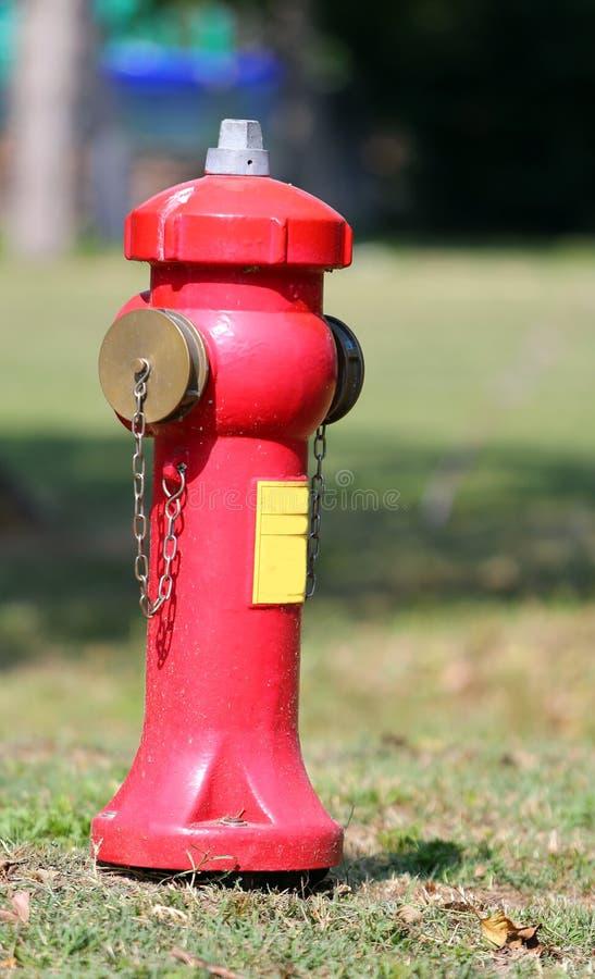 Grande bouche d'incendie pour s'éteindre les feux dans le village photo stock