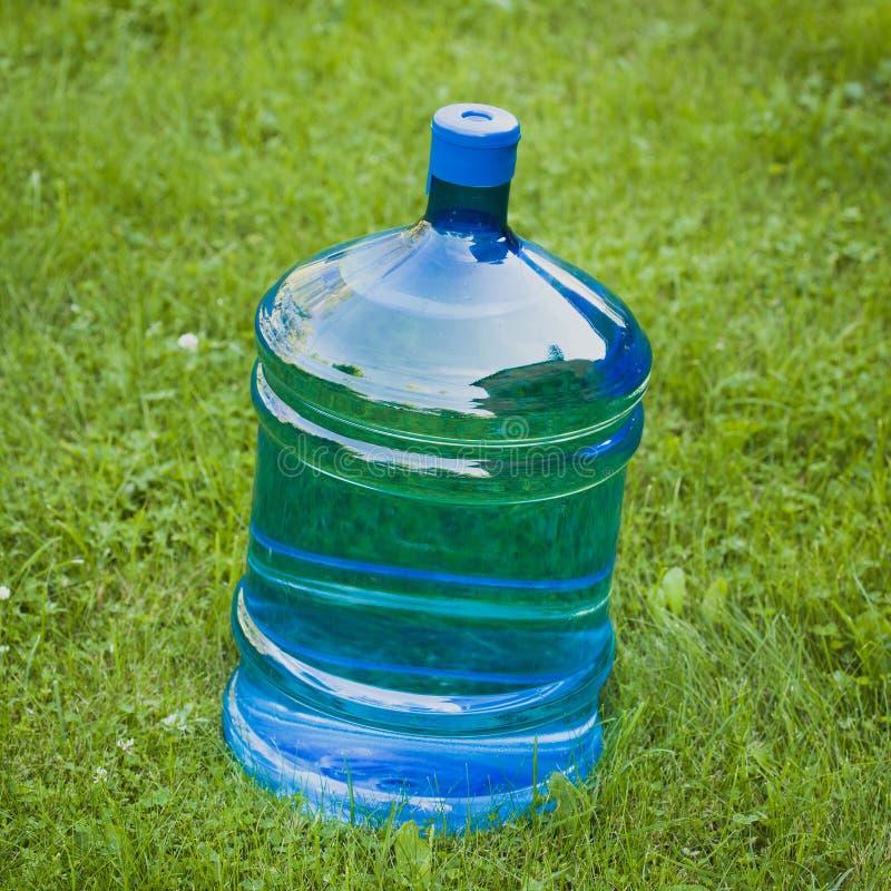 Grande bouteille de l'eau sur l'herbe photo stock