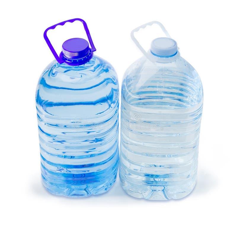 Grande bouteille deux en plastique différente d'eau potable  photos stock