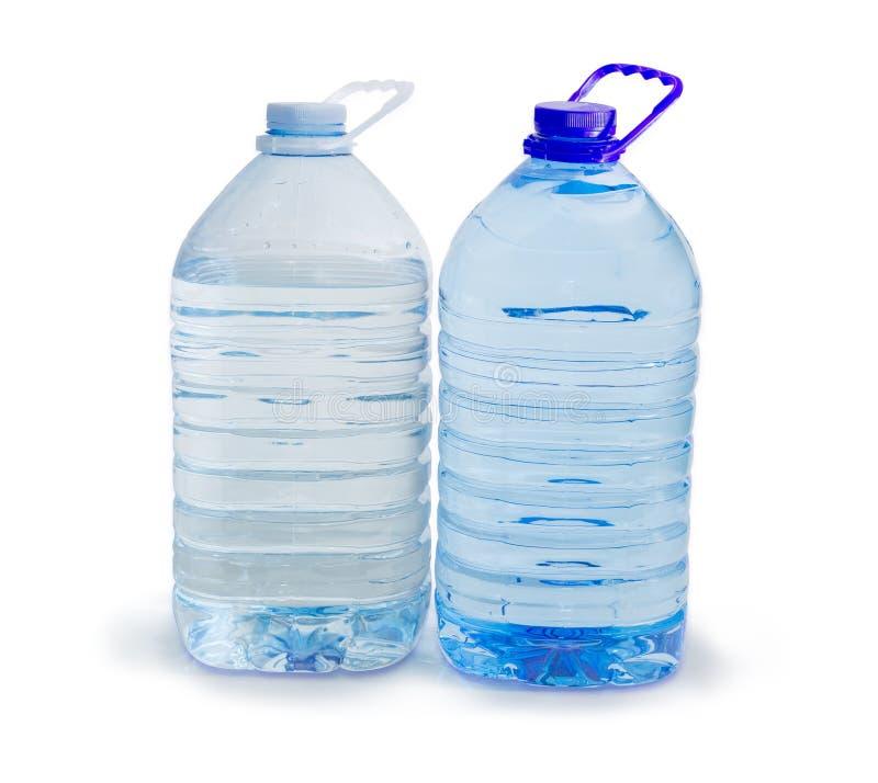 Grande bouteille deux en plastique différente d'eau potable  image stock