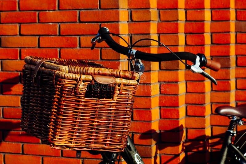 Grande brique de lumière du soleil de vintage de vieux de vélo de bicyclette de panier wisker orange rouge en bois néerlandais de photo stock