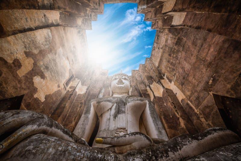 Grande Buddha al tempio di Wat Sri Chum nel parco storico di Sukhothai, Tailandia immagine stock