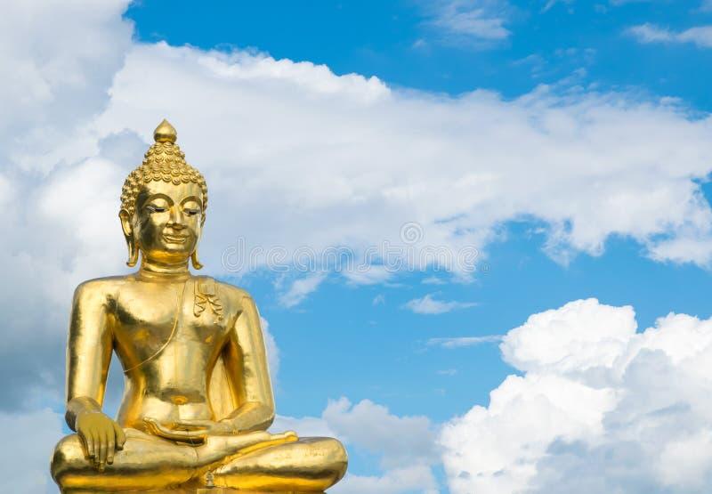 Grande Buddha al triangolo dorato sul fondo del cielo blu fotografia stock