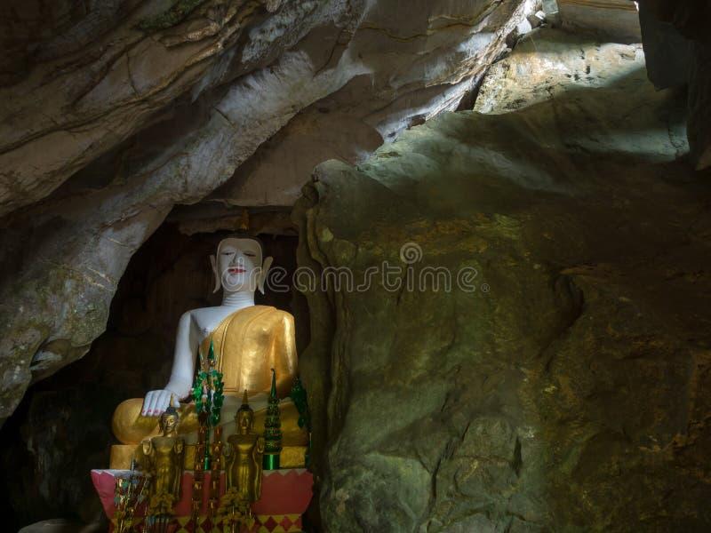 Grande Buddha decorato, Tham Hoi, Laos fotografie stock libere da diritti