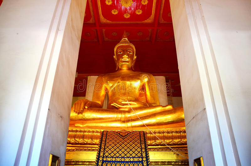 Grande Buddha del tempio di Wihan Phra Mongkhon Bophit fotografie stock