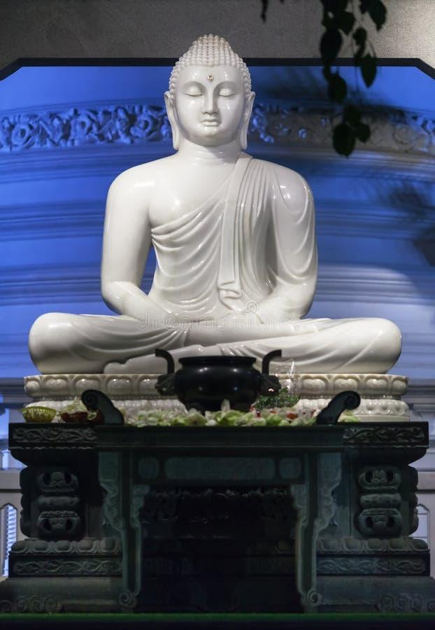 Grande Buddha di marmo bianco a Colombo fotografia stock libera da diritti