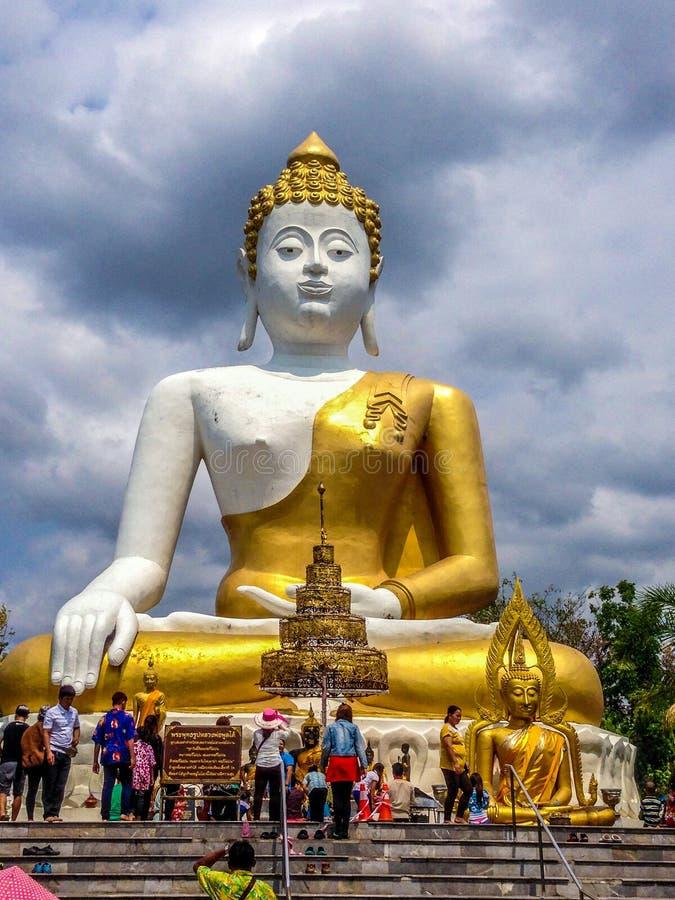 Download Grande Buddha dorato fotografia editoriale. Immagine di colorato - 56881681