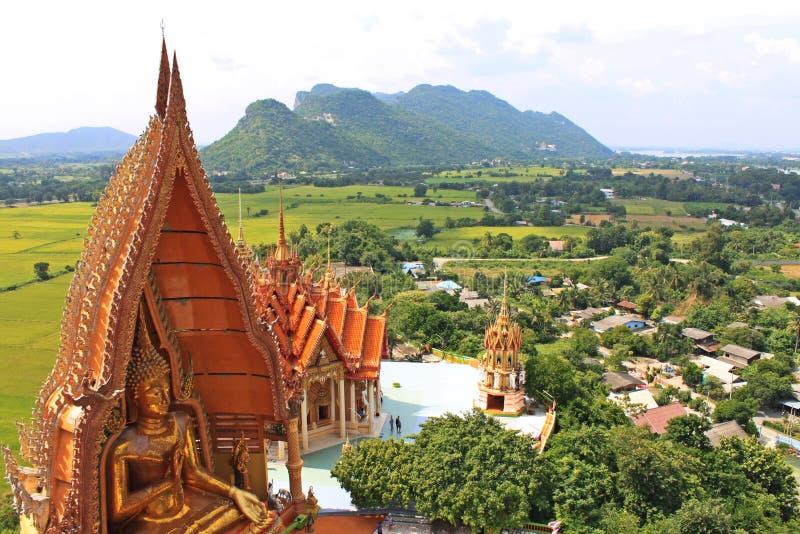 Grande Buddha e montagna piacevole di vista a Kanchanaburi, Tailandia fotografia stock libera da diritti