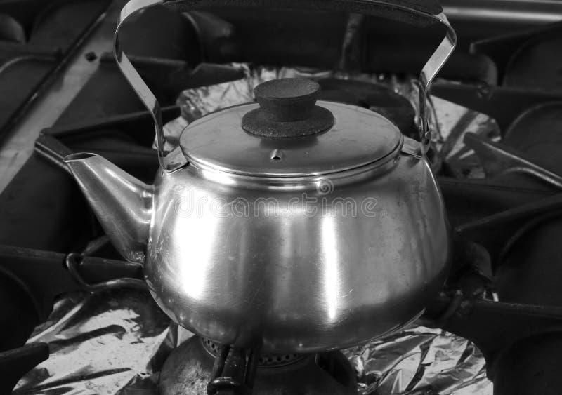 grande bule de aço inoxidável sobre o grande fogão fotografia de stock