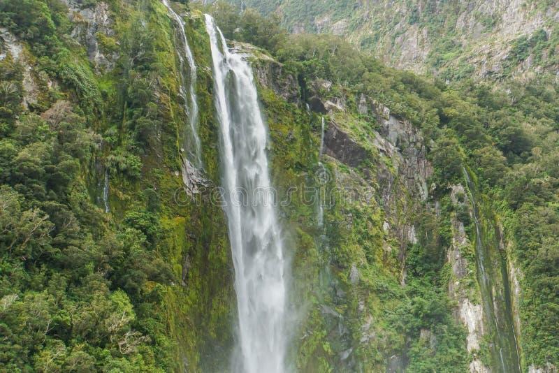 Grande cachoeira verde alta em Milford Sound Nova Zelândia imagem de stock