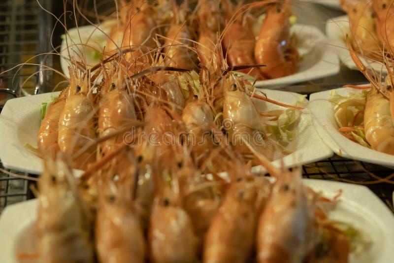 Grande camarão fritado em uma placa tailândia fotos de stock