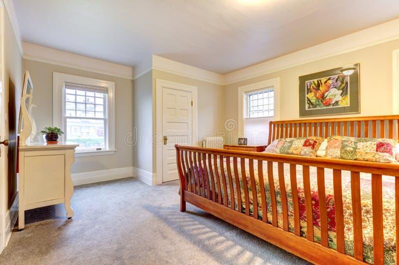Grande camera da letto accogliente leggera fotografia stock immagine di classico vestiti - Camera da letto grande ...