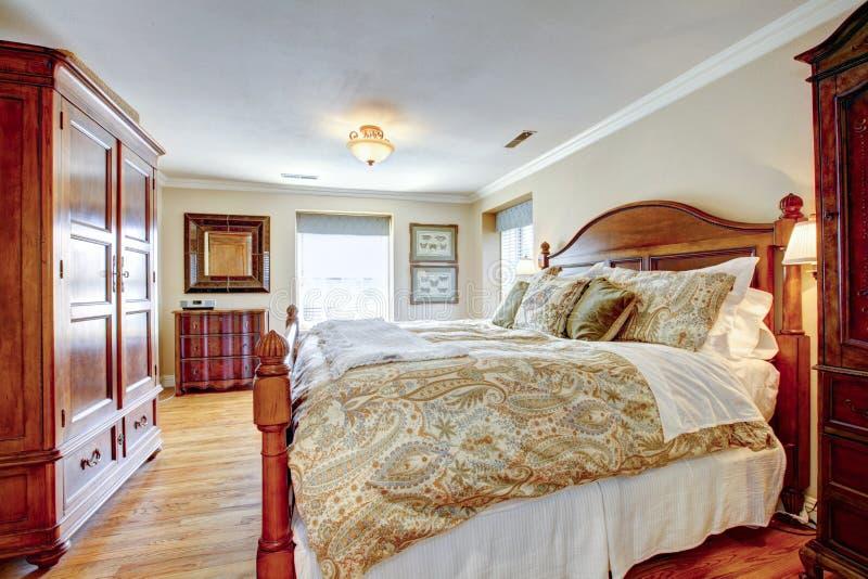 Grande camera da letto ammobiliata rustica immagine stock immagine di base pavimento 37065469 - Camera da letto grande ...