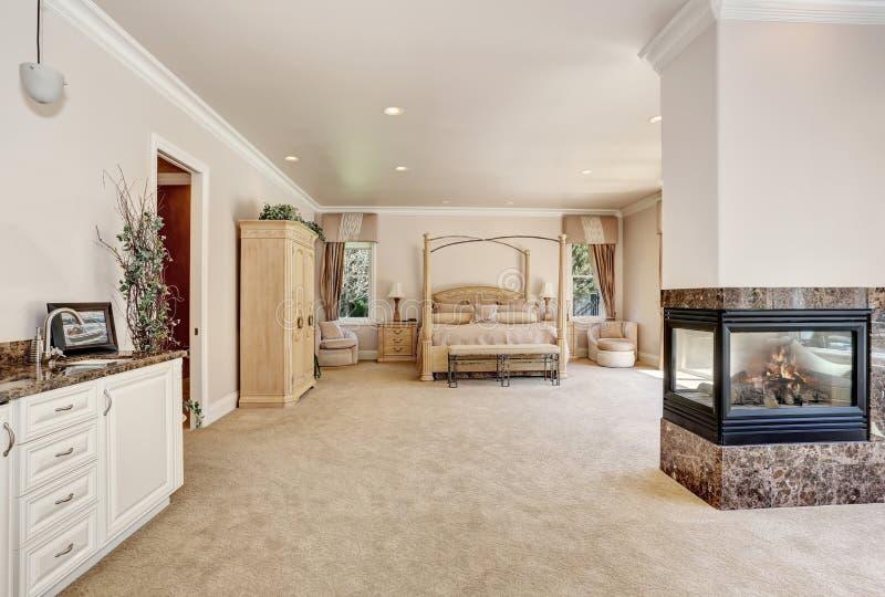 Grande camera da letto cremosa matrice di toni nella casa di lusso immagine stock immagine di - Camera da letto grande ...