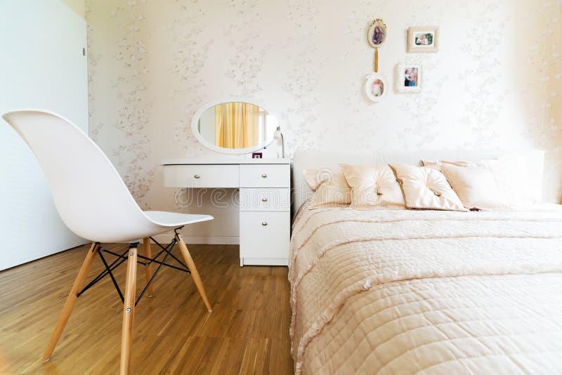 Grande camera da letto moderna fotografia stock libera da diritti