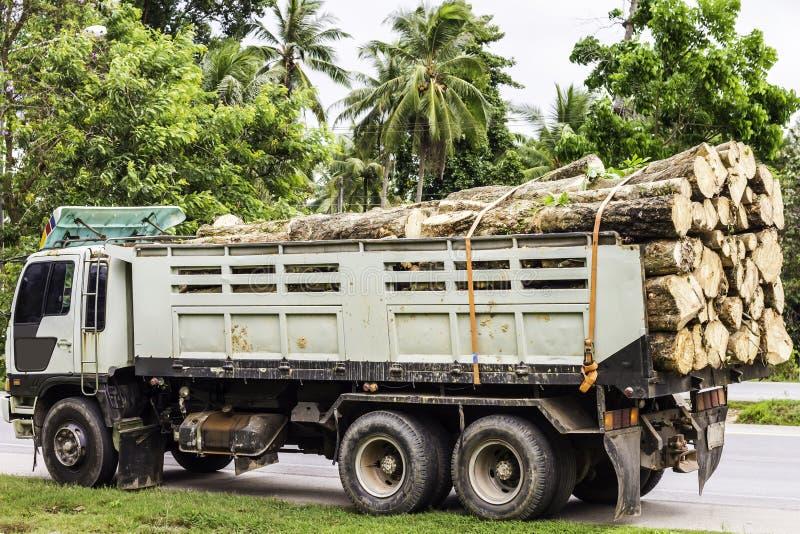 Grande caminhão que transporta a madeira Vagões carregado com madeira dos logs à jarda do log em uma madeira serrada que processa fotos de stock
