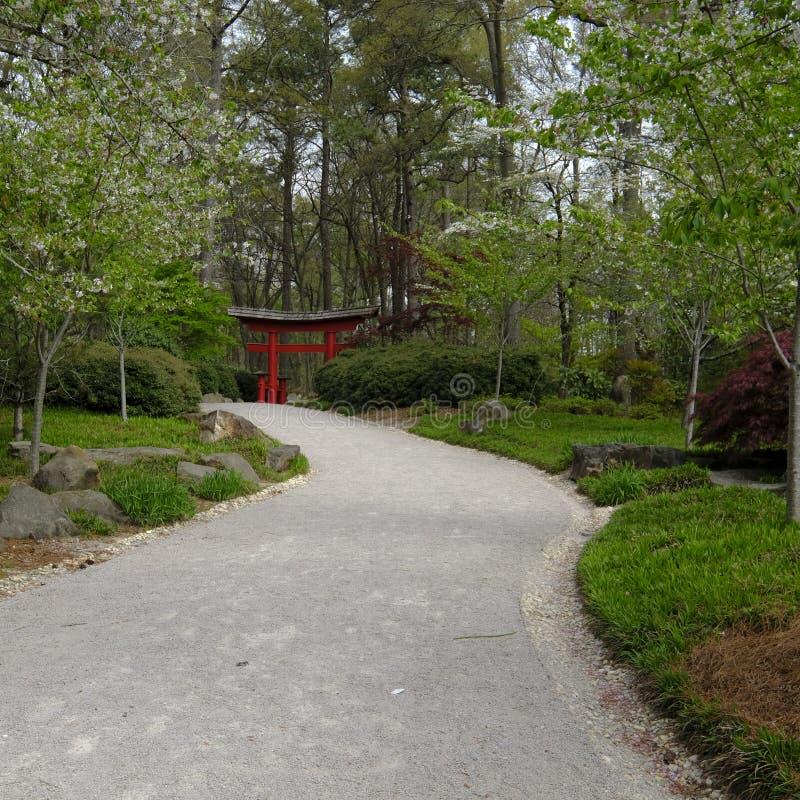 Grande caminho que conduz a uma entrada japonesa do jardim imagens de stock royalty free