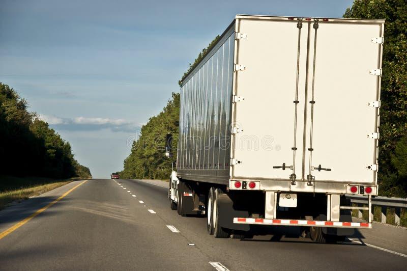 Grande camion che scala una collina immagini stock