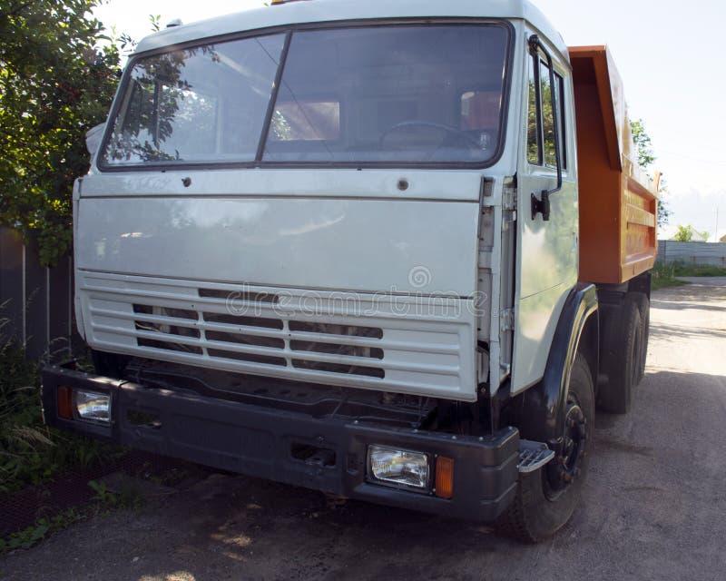 grande camion con un corpo Trasporto del carico Automobile rotta Riparazioni dell'automobile fotografia stock libera da diritti