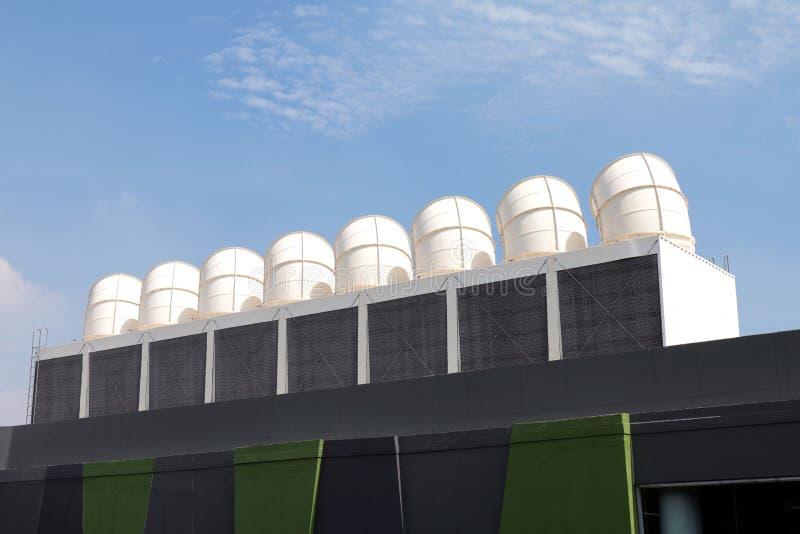 Grande canal de ar no telhado, grande ventilação do canal de ar no telhado da fábrica, canais de ar de aço no telhado da fábrica  fotos de stock