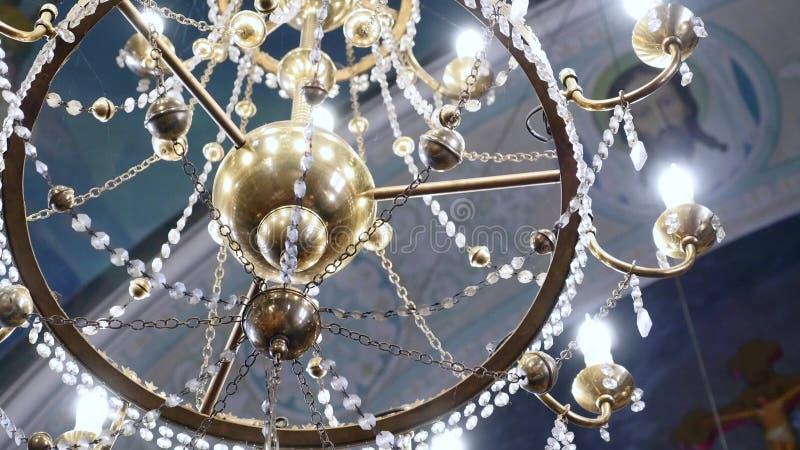 Grande candeliere bronzeo nella chiesa cristiana della cattedrale immagine stock libera da diritti
