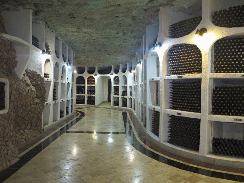Grande cantina sotterranea con la raccolta delle bottiglie immagine stock libera da diritti
