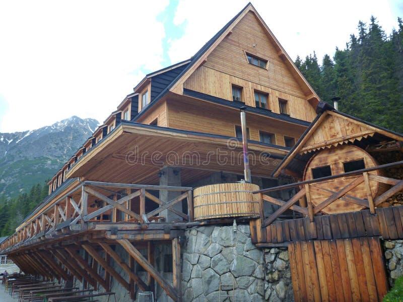 https://thumbs.dreamstime.com/b/grande-capanna-della-montagna-con-il-terrazzo-e-la-facciata-di-legno-72526212.jpg