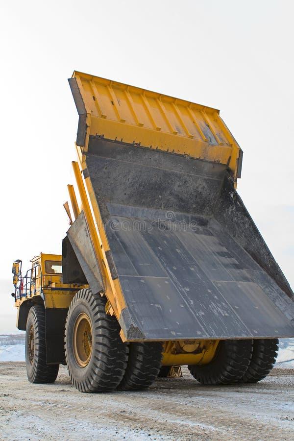 Grande carrello di miniera giallo immagine stock