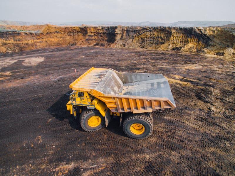 Grande carrello di miniera giallo fotografia stock libera da diritti