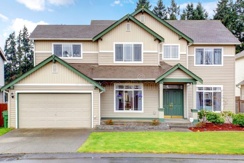 Download Grande Exterior Americano Noroeste Novo Clássico Da Casa. Foto de Stock - Imagem de azul, verde: 29838540