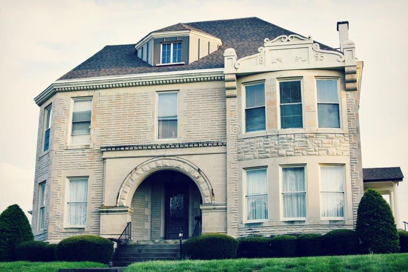 Grande casa branca do tijolo foto de stock royalty free