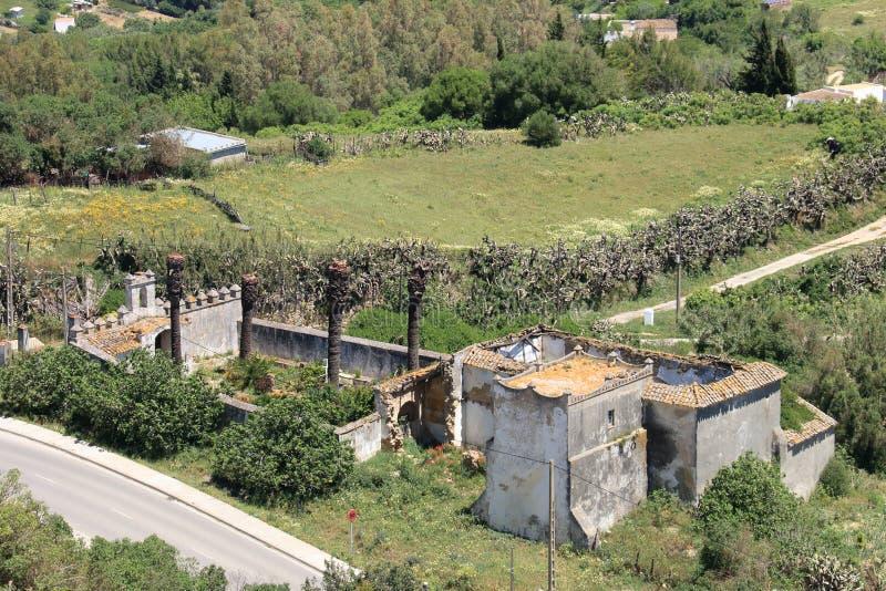 Grande casa de campo nas ruínas com opinião do olho do ` s do pássaro fotos de stock