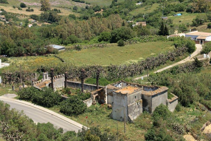 Grande casa de campo nas ruínas com opinião do olho do ` s do pássaro fotografia de stock royalty free