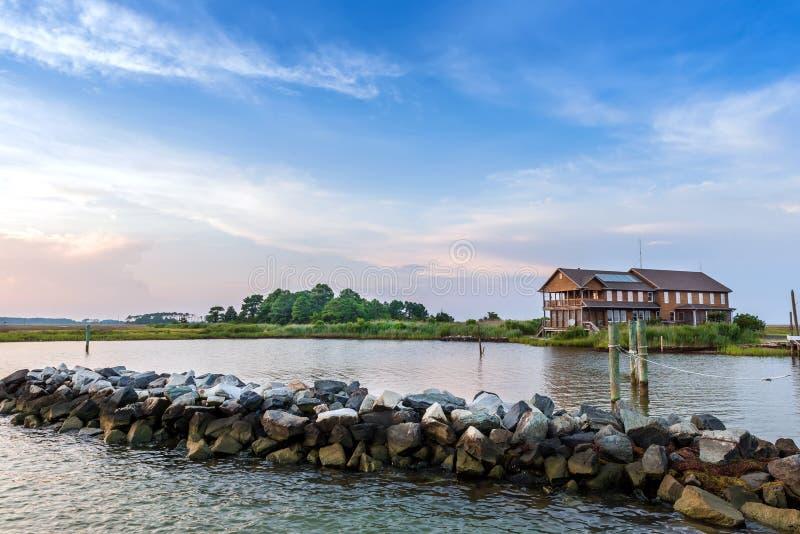 Grande casa della spiaggia sulla baia di Chesapeake in Maryland durante l'estate fotografia stock libera da diritti