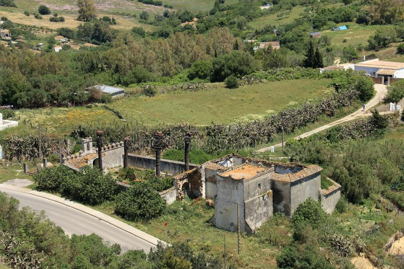 Grande casa di campagna in rovine con la vista dell'occhio del ` s dell'uccello fotografia stock libera da diritti
