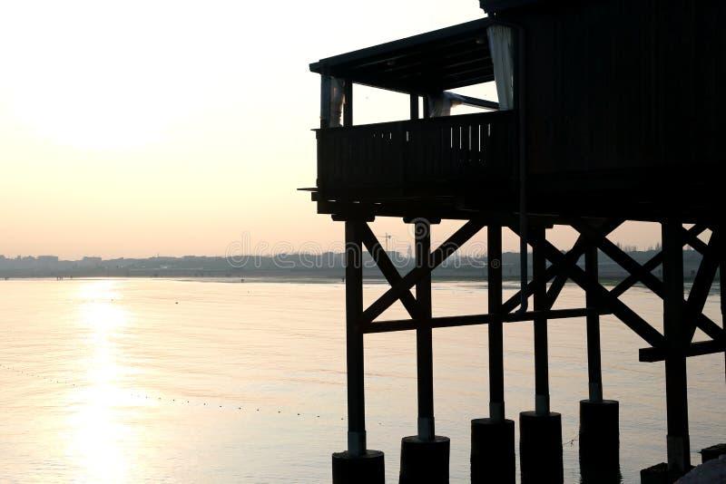 Grande casa di legno del trampolo sulla spiaggia immagini stock