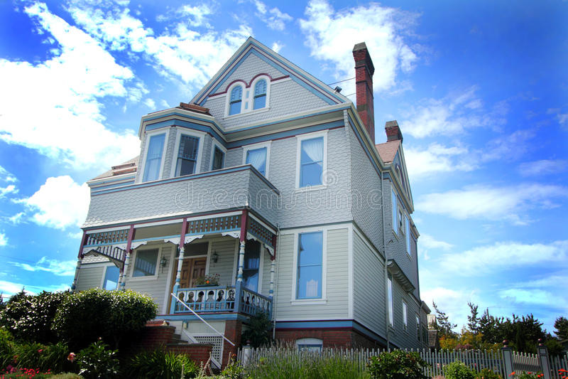 Grande casa histórica velha no monte fotos de stock