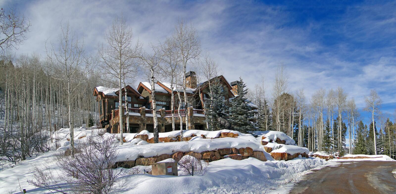 Grande casa na floresta do inverno, foto de stock royalty free