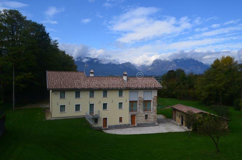 Grande casa no campo das dolomites Itália fotos de stock royalty free