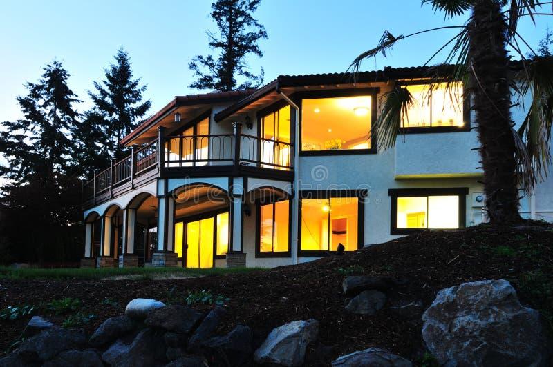 Grande casa no crepúsculo imagem de stock royalty free