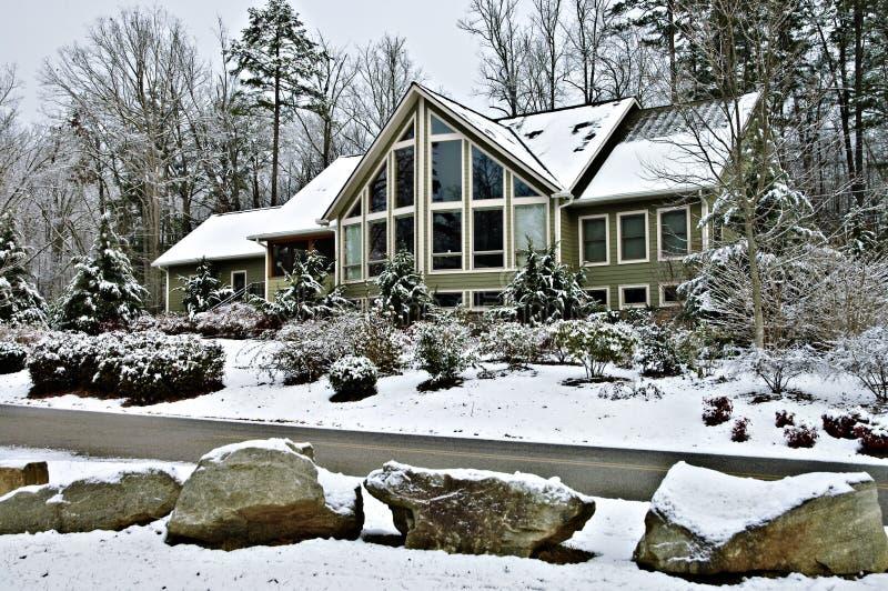 Grande casa no inverno imagem de stock royalty free