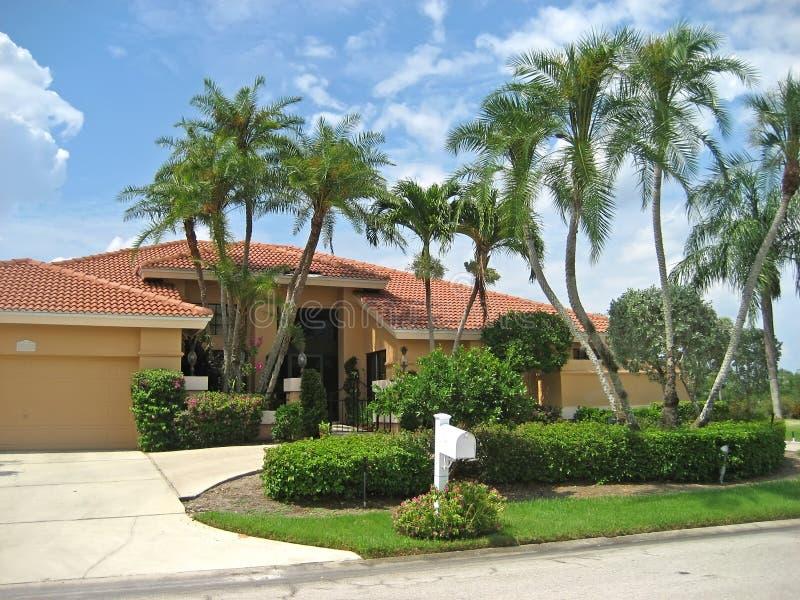 Grande casa nos Tropics imagem de stock