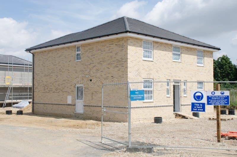 : Grande casa nova que está sendo construída na urbanização imagem de stock