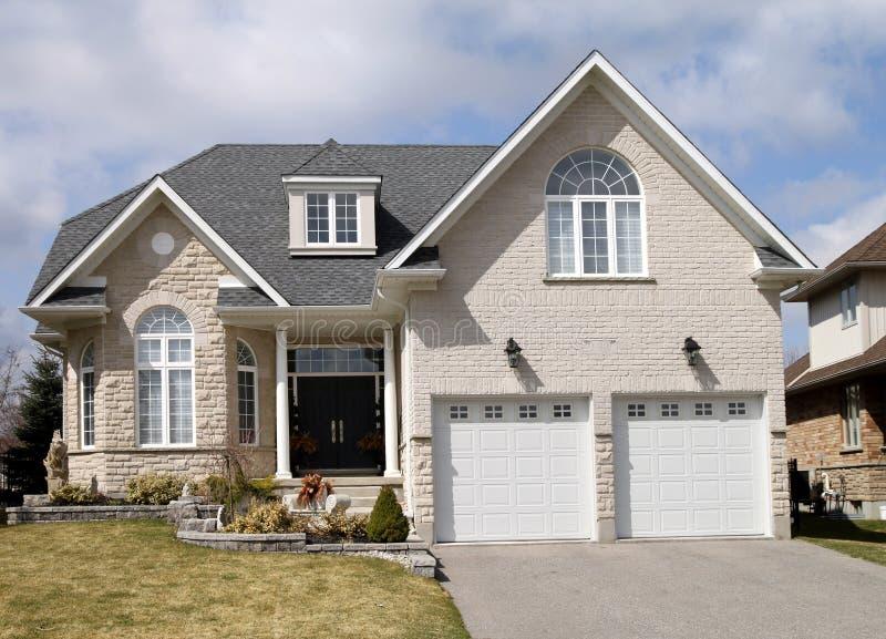 Grande casa suburbana foto de stock