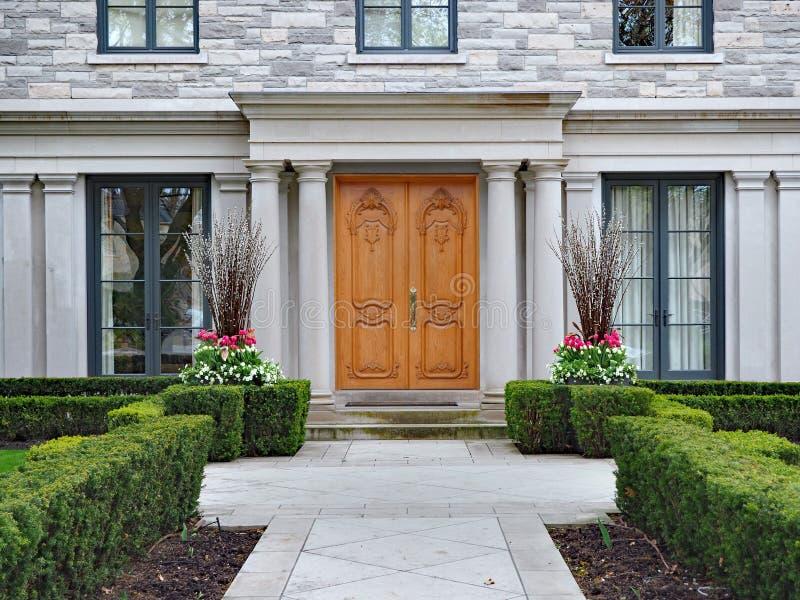 Grande casa suburbana com colunas e a conversão de pedra fotografia de stock