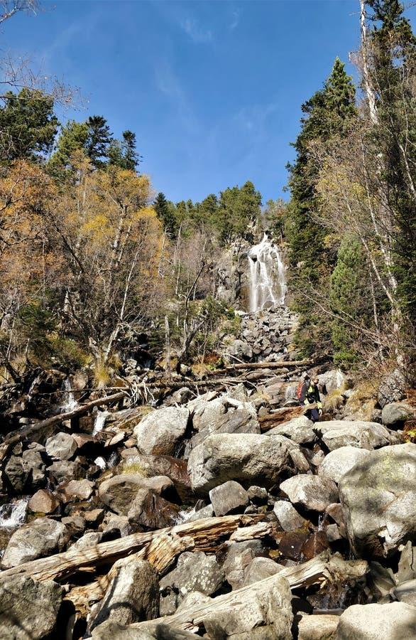 Grande cascade parmi la vue de forêt photo stock
