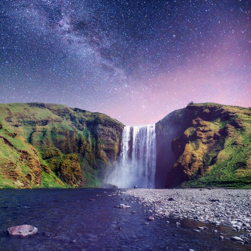 Grande cascade Skogafoss dans les sud de l'Islande images libres de droits