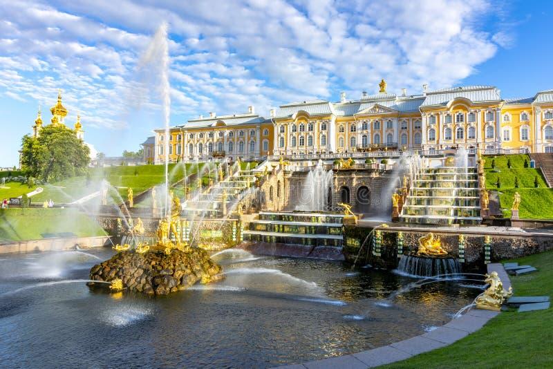 Grande cascata della fontana del palazzo e di Samson di Peterhof, St Petersburg, Russia immagini stock libere da diritti